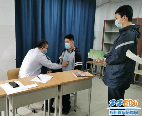 学生依次进行内科检查