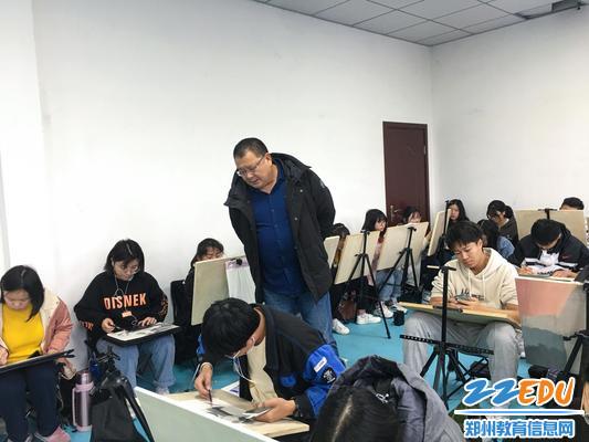 校党委书记邵元辉实地查看学生情况