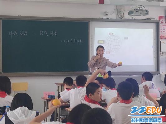 周玉红老师讲解地球仪制作