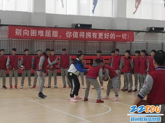 王杨老师带领学生上室内篮球课2