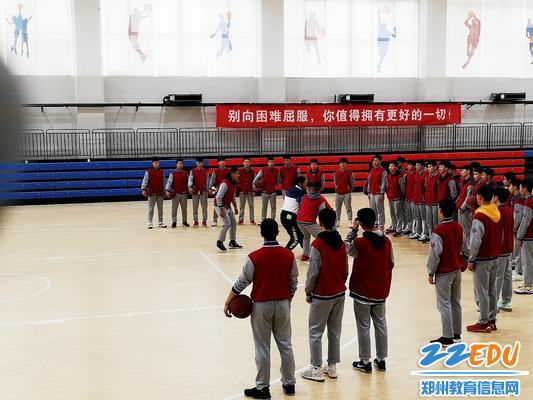 王杨老师带领学生上室内篮球课14