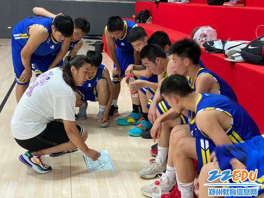 王杨老师带领篮球学生做技术指导