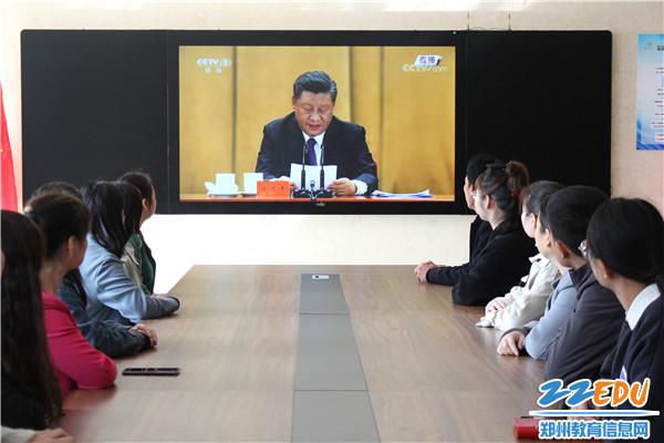 学校组织教师收看直播