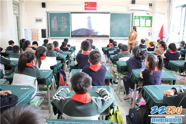班主任组织学生收看直播
