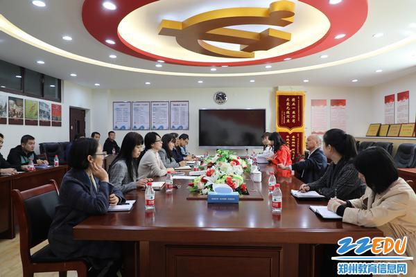 郑东新区教育文化体育局长田国安在郑东新区外国语中学召开座谈会