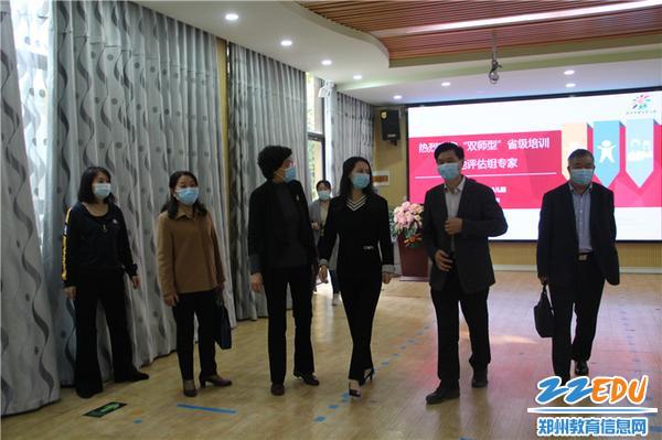 2.郑州市教工幼儿园副园长巴丽坤对评估组专家来我园检查指导工作表示欢迎