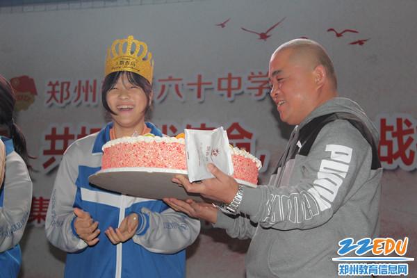 11_班长和班主任上台切蛋糕