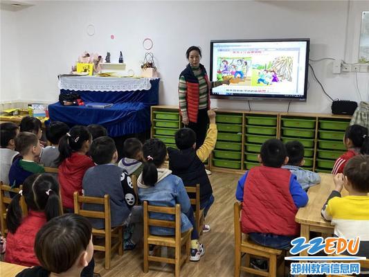教师带领孩子熟悉应急避震的疏散路线及避震正确方法