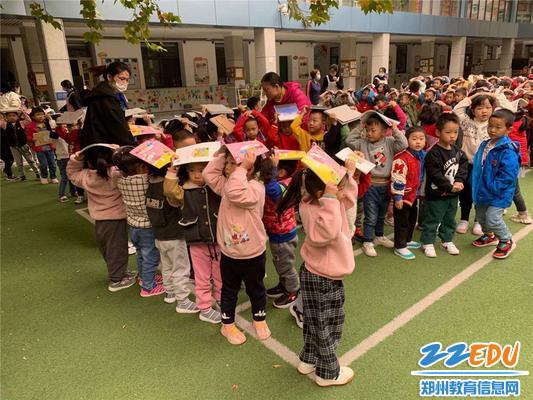 孩子们安全有序的撤离到空旷的操场