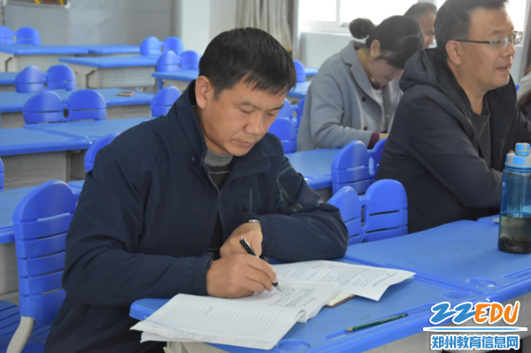 校党总支副书记张永耀参与研讨并认真记录