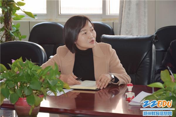 2 郑州42中工会主席孙捷带领大家进行意识形态工作相关学习