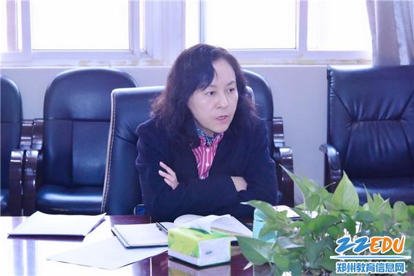 3 郑州42中党总支书记、校长于红莲对学校意识形态工作进行分析研判