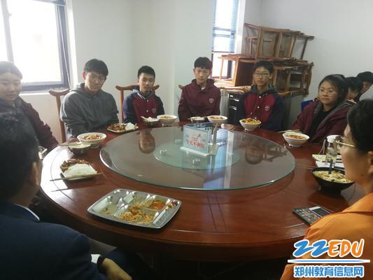 新一届的校长助理团成员与党委书记魏勇共进午餐