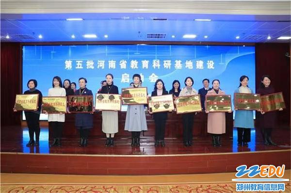 郑州市教工幼儿园保教主任王向青上台接牌 (2)