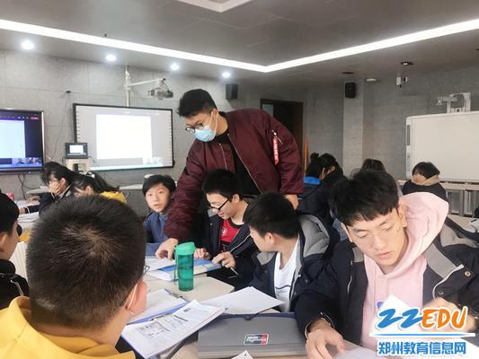 AP物理外教课上为学生答疑解惑_副本