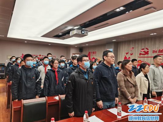 青年教师、团员代表参加仪式