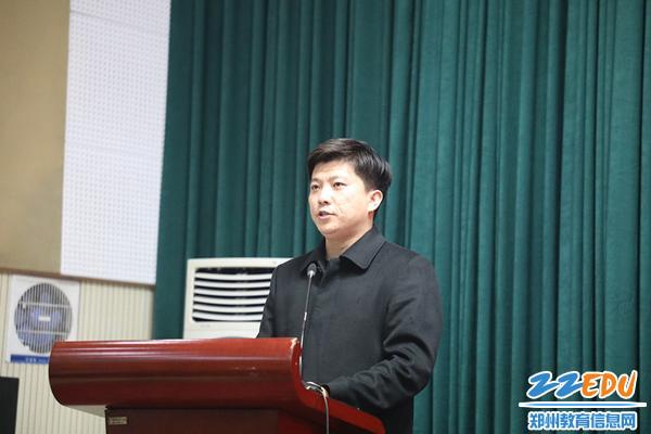 学生发展处主任黄坦,宣布新一届学生会主席团人员名单