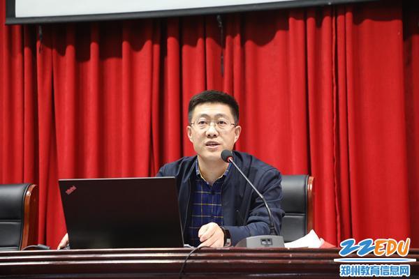 课程发展处主任刘海山做提案回复