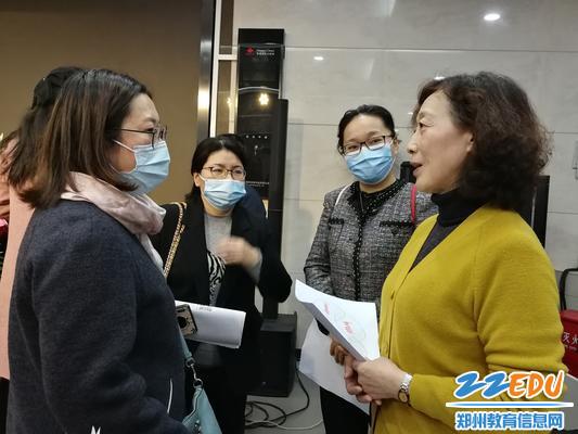 6.家庭教育讲座结束后,周晓萍老师在与家长们交流。