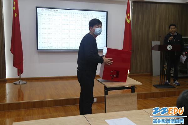 工作人员检查选票箱