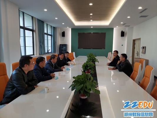 1郑州市第四高级中学副校长刘继勋、德育处副主任李文彬介绍学校情况