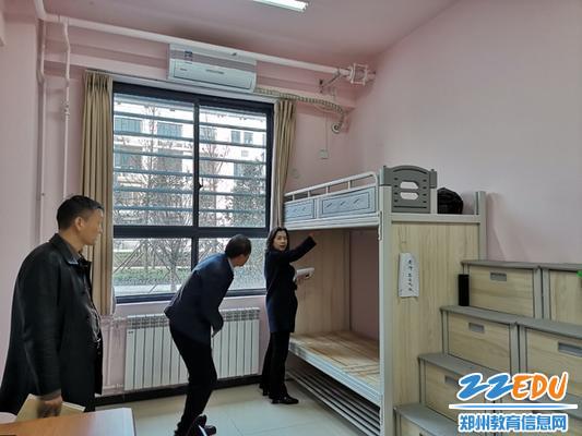 2副校长翟健介绍宿舍床铺的设计