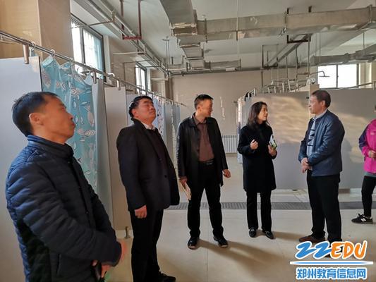 4副校长翟健介绍学生公共浴室的设计