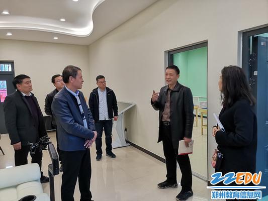 5副校长刘继勋、副校长翟健介绍心理辅导中心的建设情况