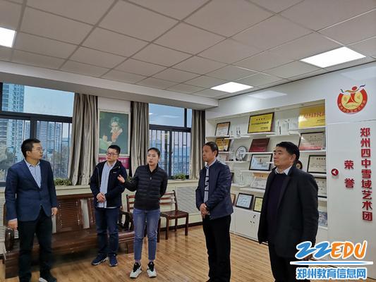 7德育处主任谢玉强、舞蹈老师黄雅娴介绍雪域艺术团的情况