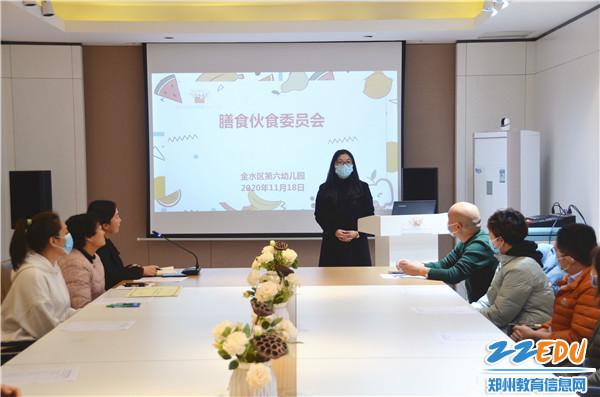 河南农业大学畜牧兽医科技公司负责人向家长介绍奶质检疫情况
