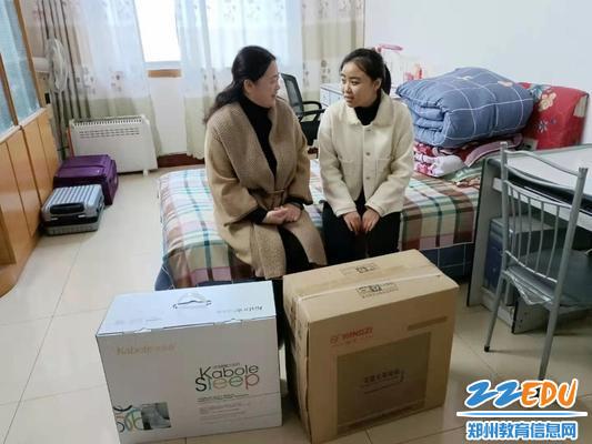 45中党总支副书记刘曲飞详细了解支教教师付潇涵的生活及工作情况,带去45中家人的问候