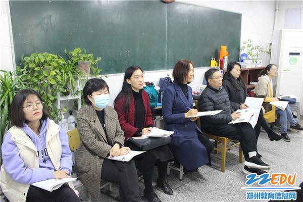 同备课组教师一同观课