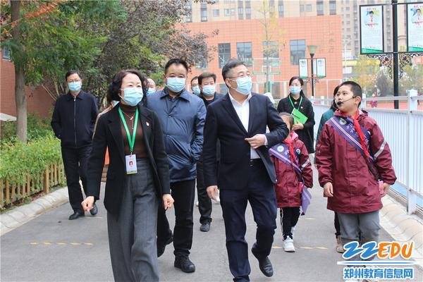 郑州高新区党工委书记王新亭到外国语小学调研指导
