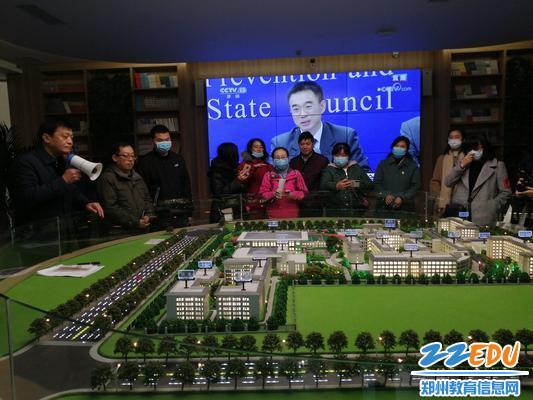 参观郑州市第四高级中学图书馆