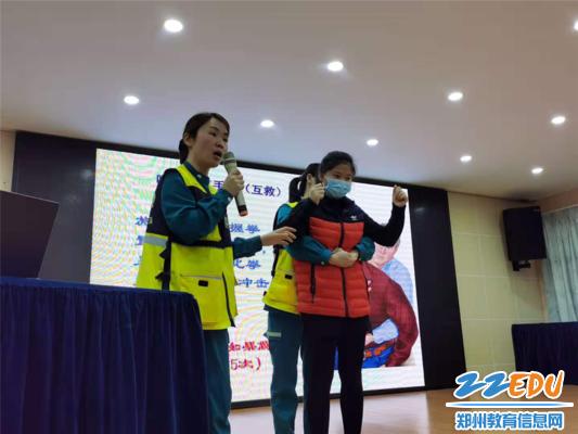 4郑州市骨科医院急救中心医生与教师志愿者进行演练互动