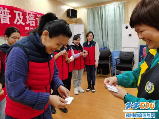 12郑州市急救中心高继红护士长向老师们发放急救志愿者证书