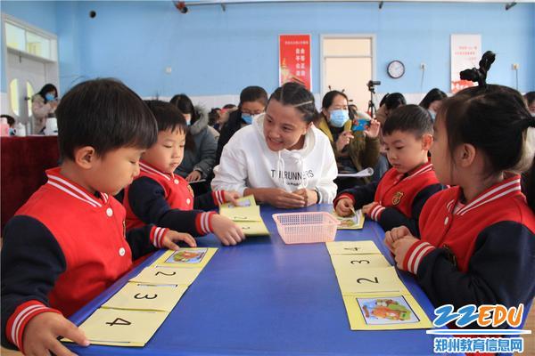老师和孩子互动