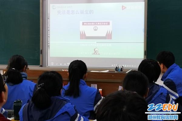 12月4日,郑州市第三十一高级中学组织学生参与宪法晨读活动