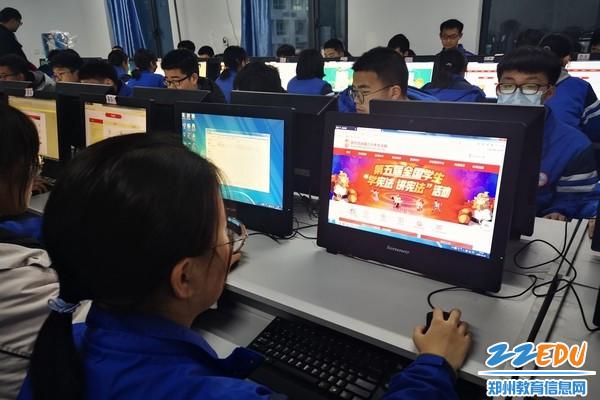 12月4日,郑州市第三十一高级中学组织学生网上学习宪法