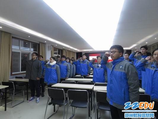 调整大小 团校同学们重温入团誓词