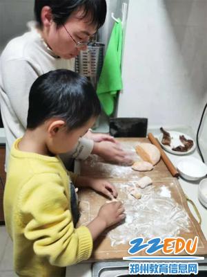 """7""""和妈妈一起包饺子,体验做饭的辛劳。"""""""