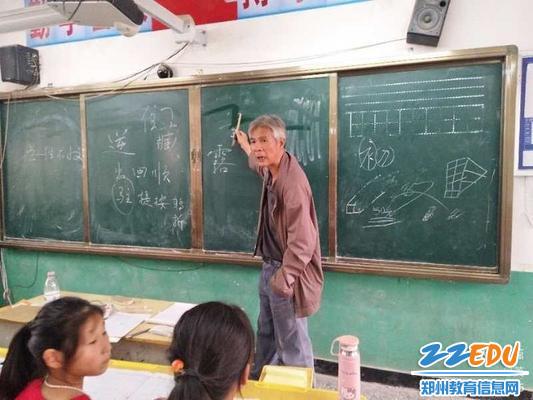 1郑州42中赵慎老师每天义务为老龙沃小学四五年级的孩子们开设书法课