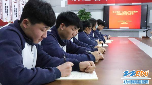 2.同学们认真做笔记
