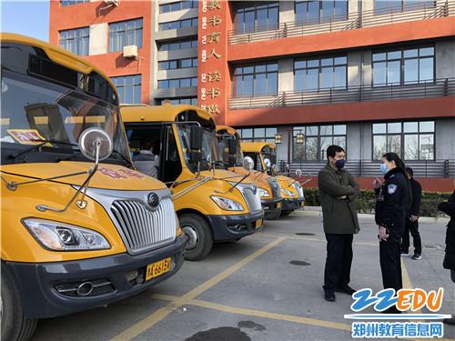 县交警队同志向何卫军组长汇报太平庄社区学校校车运营情况