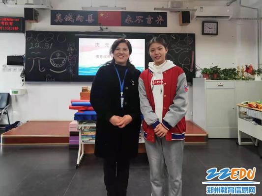 段亚萍和世界跳绳冠军杜婷婷同学合影