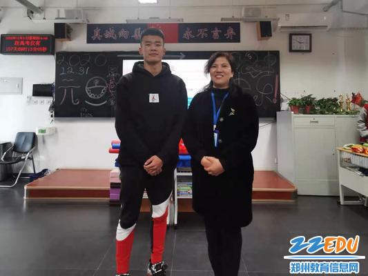 段亚萍和赛艇国家一级运动员张鸿飞同学合影
