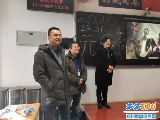 校领导观看学生表演