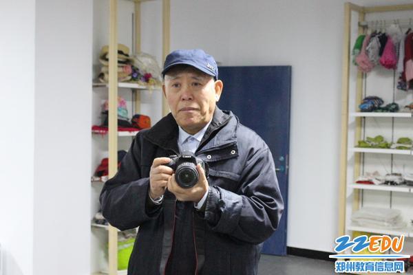 盖老师拿相机做拍照示范