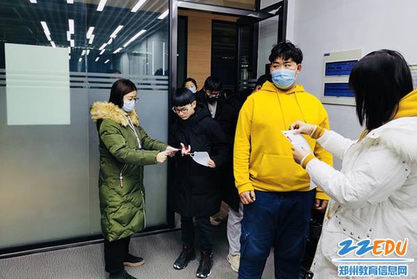 1、按照疫情防控要求学生严格入场_副本