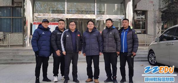 郑州市第二初级中学校级领导们和复核调研组一行人合影留念